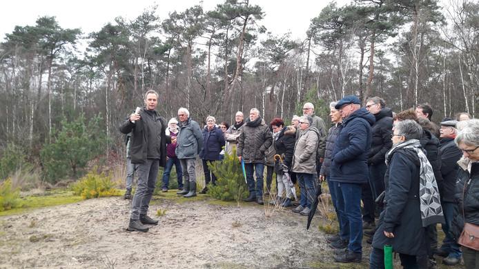 Ook een groepswandeling door de natuur die aansluit bij natuurbegraafplaats Schoorsveld in Heeze stond op het programma. Gids Roy Fleury van Natuurbegraven Nederland (waar Schoorsveld ook bij aangesloten is) geeft uitleg.