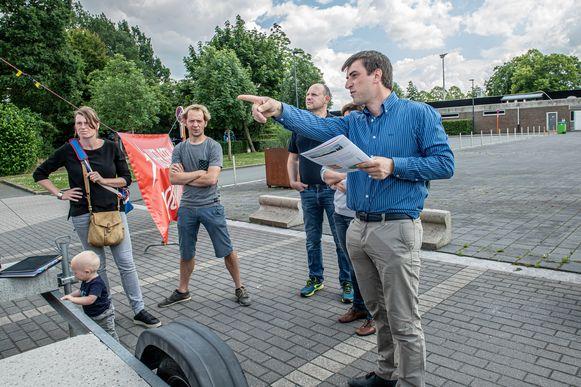 Burgerplatform Leefbaar E403 informeerde zelf bezorgde Izegemnaars over het Ventilusproject. Ine Vanhauwere en Bram Degryse (links) zijn zo bezorgd dat ze overwegen hun woning te verkopen.