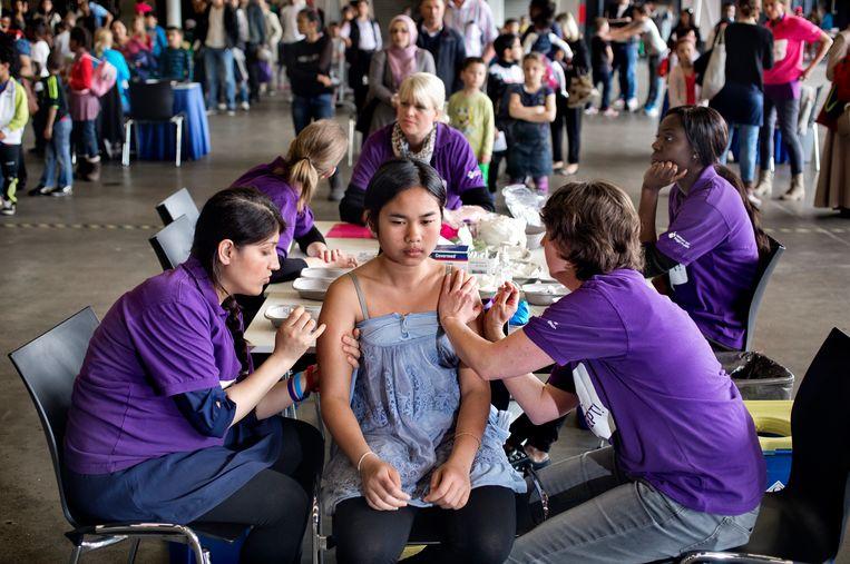 Een meisje laat zich in Ahoy preventief inenten tegen baarmoederhalskanker. Beeld Hollandse Hoogte / David Rozing