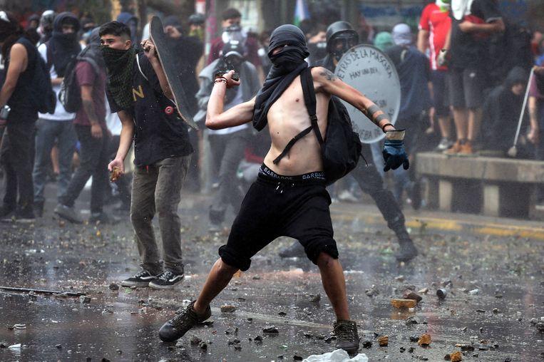 Demonstranten komen oog in oog te staan met de politie tijdens de gewelddadige protesten in Chili.