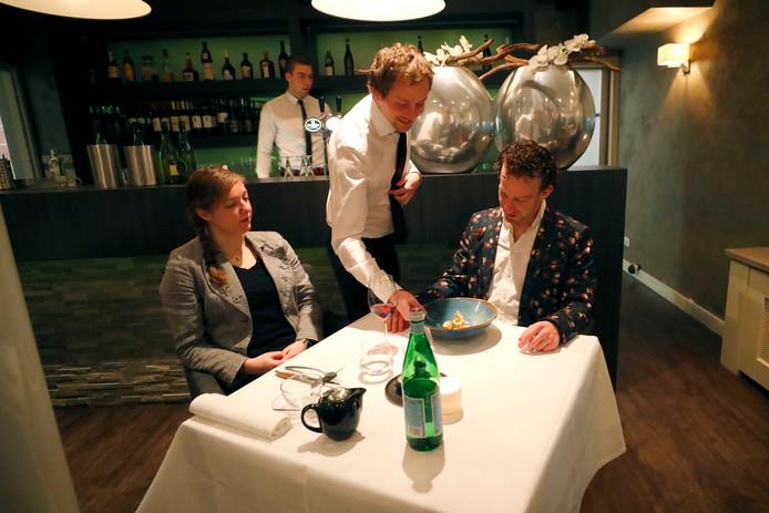 Bij restaurant Lucas krijgen twee gasten hun gerecht voorgeschoteld.