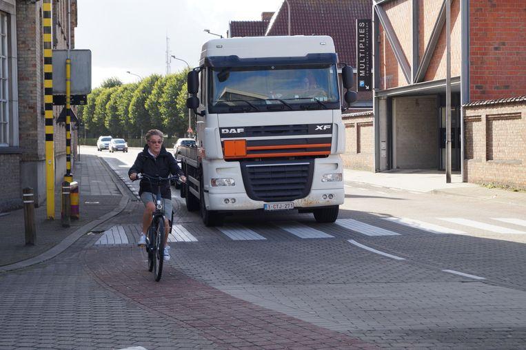 Een vrachtwagen dendert langs basisschool Heilige Familie.