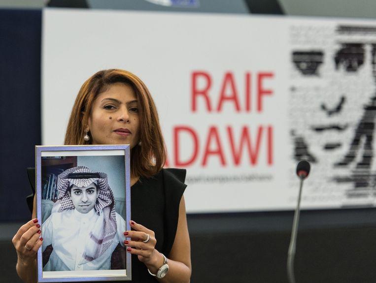 Ensaf Haidar, vrouw van blogger Raif Badawi, houdt zijn foto omhoog. Beeld epa