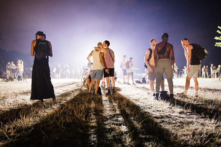 Openluchtfeest in het Berlijnse park Hasenheide zaterdagnacht. De Duitse politie probeerde tevergeefs de 1,5-meterrichtlijn te handhaven. Beeld Daniel Rosenthal