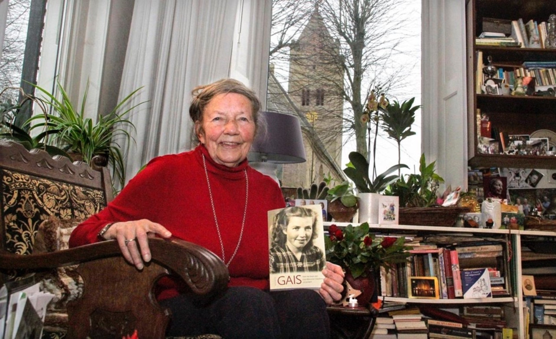 Gais Meinsma in 2015 met haar biografie 'Gais' van Dick Witte. Op de achtergrond de kerk van Jorwerd.