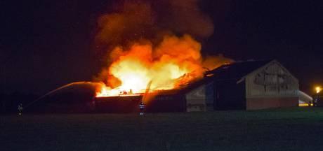 Vee op tijd gered bij uitslaande brand in schuur in Woudrichem