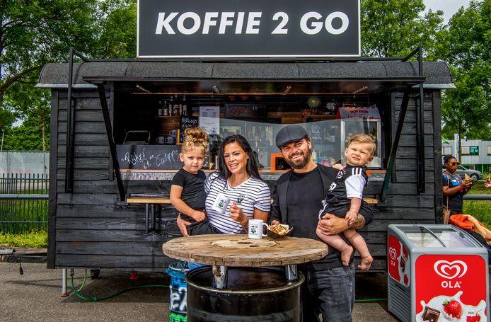 Jan van Wanrooy begon samen met zijn vrouw Kayleigh Koffie 2 Go bij de wasstraat in Nieuwerkerk aan den IJssel. Foto: Frank de Roo