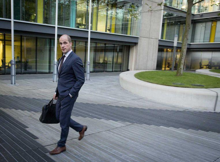 Diederik Samsom (Pvda) verlaat het Ministerie van Financien voor overleg met de oppositie over de herziening van het belastingplan. Beeld anp