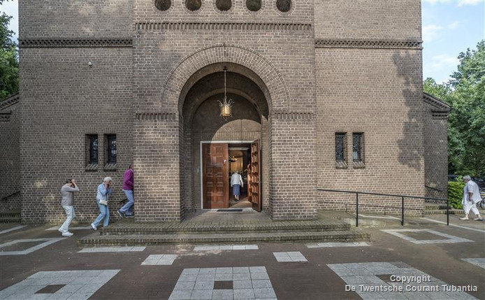 De deuren van de Mariakerk in Zuid-Berghuizen stonden maandagavond weer open ter gelegenheid van Maria Tenhemelopneming en die kans op een eucharistieviering in de 'eigen' kerk lieten veel Berghuizenaren zich niet ontgaan.
