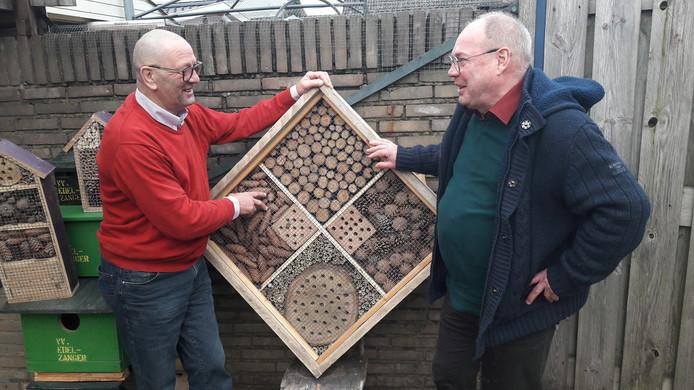 Henk Smits (links) en Henk Jansen van vogelvereniging De Edelzanger in Drunen bij een insectenhotel.