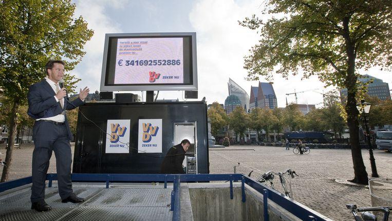 Rutte in 2009 als VVD-fractievoorzitter. Op het plein te Den Haag waarschuwt hij voor de oplopende staatsschuld. Beeld null
