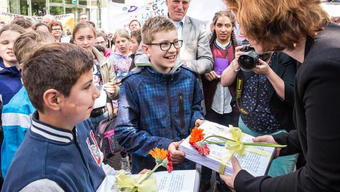 Kamerlid Linda Voortman met David en Daniël.