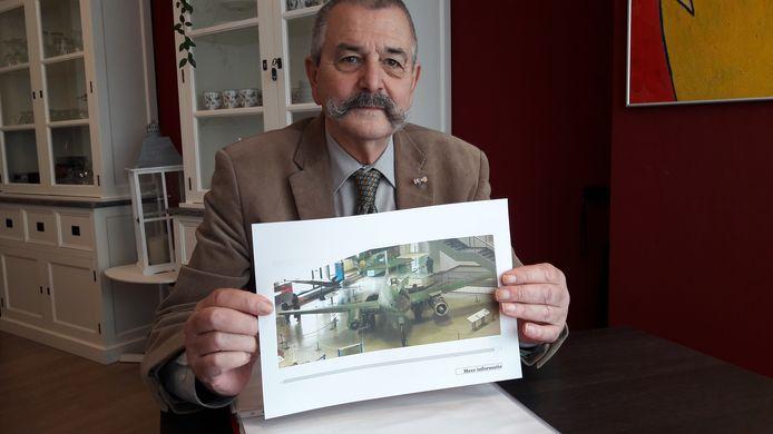 Ruud Looijaard toont een van de gevreesde vliegtuigen van Messerschmitt. Operatie 'Big Week' moest de fabrieken van de vliegtuigen lamleggen.
