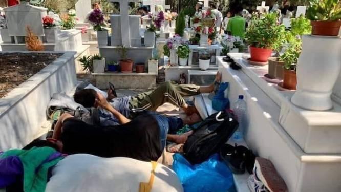 Migranten slapen ook op kerkhof na verwoestende brand op Lesbos: chaos is groot, bewoners zijn het beu