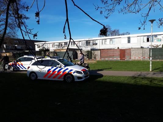Aan de achterkant van de woning van de vrouw maakte een gezette man zich na de schietpartij schreeuwend uit de voeten.