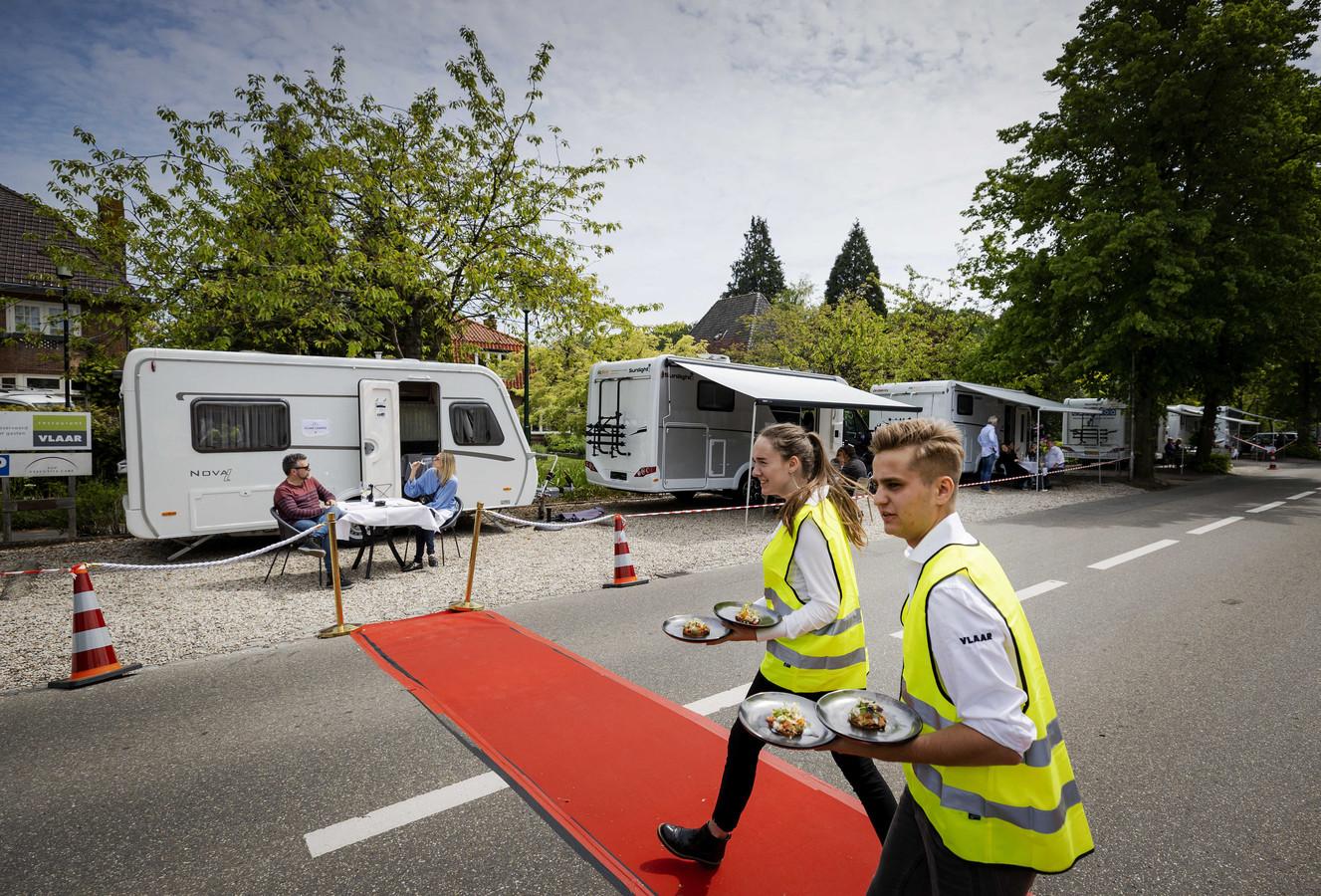 Moederdag-lunch in 's Graveland. Een restaurant lanceerde er de ludieke actie Camping dining waarbij mensen een camper huren en aan hun kampeertafel worden bediend conform de richtlijn van het RIVM.