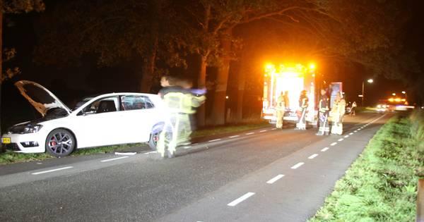 Brandweer bevrijdt bestuurder uit auto na ongeval in Enter.
