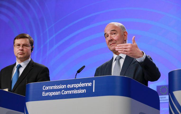 Valdis Dombrovskis (L), Pierre Moscovici (R). Beeld EPA