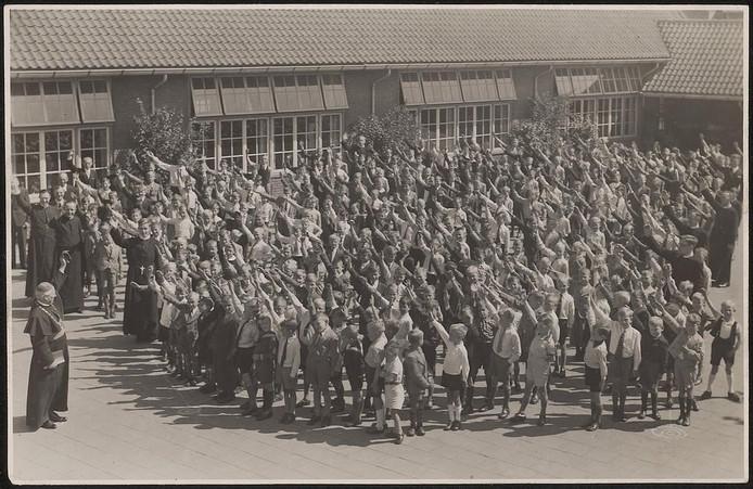 Jongensschool Pius X in de wijk Theresia