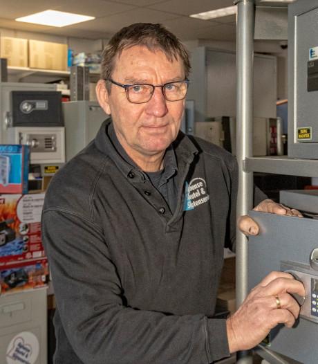 Alberto Stegeman helpt Alphense slotenmaker Rob van Tol