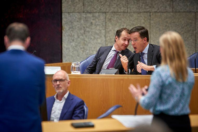 Den Haag, 25 april 2018 - Premier Mark Rutte en Minister Eric Wiebes van Economische Zaken en Klimaat (VVD) tijdens het Tweede Kamerdebat over de omstreden memo's rond de afschaffing van de dividendbelasting. Foto: Phil Nijhuis Beeld Phil Nijhuis