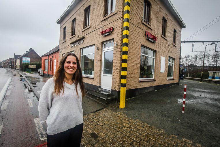Camille Devos aan café Breughelhof, dat over te nemen staat.