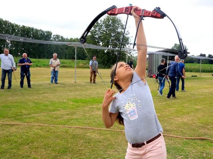 Sophie de Jonge (9) uit Ovezande schiet op de staande wip, net als haar vader en haar opa.