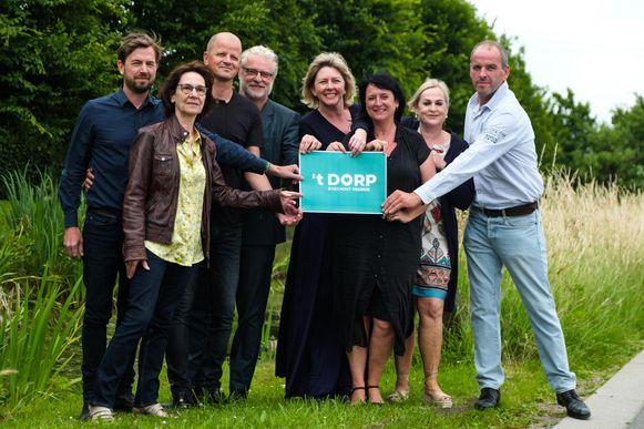 Acteur Filip Peeters (vierde van links) met enkele andere inwoners die hun schouders onder het politieke project zetten.
