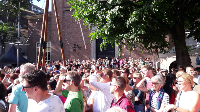 Drukte op het Kerkpleintje in Den Bosch.