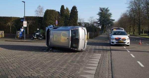 Auto belandt op de kant na aanrijding in Waalwijk: één gewonde.
