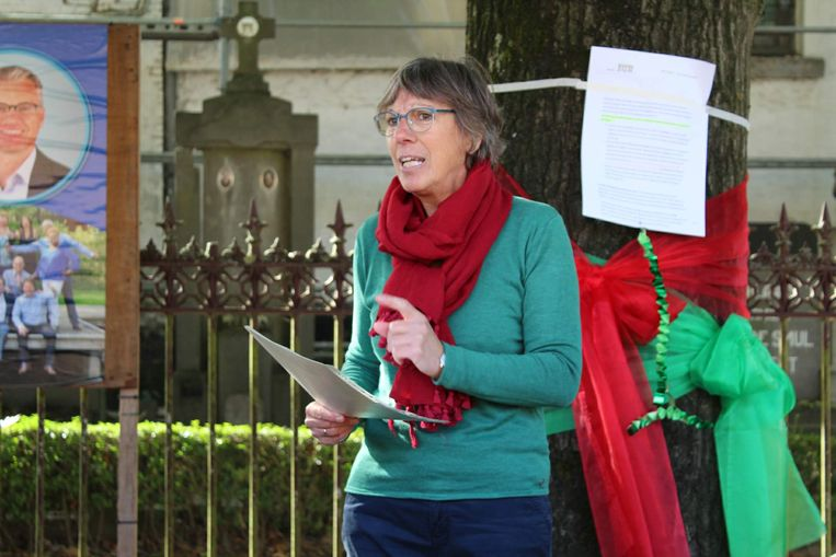 Hilde Van Laere (Groen-sp.a) tijdens de actie voor het behoud van de eiken van Zeveneken.