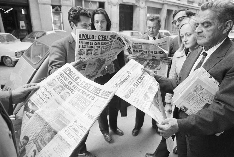 Parijzenaren informeren met de Franse kranten zich over het ongeluk met de Apollo 13. Beeld Bettmann Archive