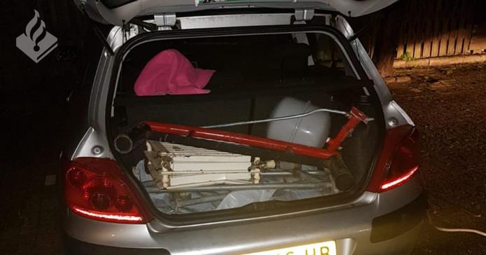 De auto met ijzerwaren in Doesburg.