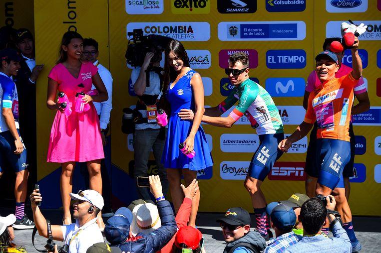 Jonathan Klever Caicedo amuseert zich op het podium.
