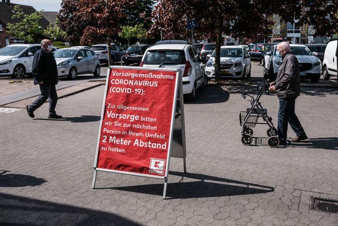Maatregelen tegen het coronavirus bij een winkel in Emmerich.