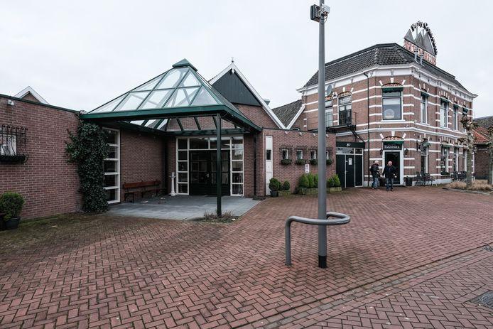 Het linker deel van Zaal Nijenhuis wordt gesloopt en maakt plaats voor appartementen, het rechter deel blijft behouden.