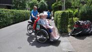 Wielertoeristen rijden rond met senioren
