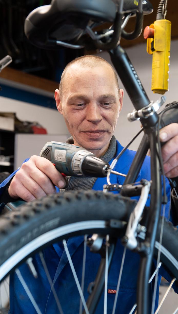 Gert-Jan van der Heijden knapt bij Tools To Work oude fietsen op die een nieuw leven krijgen in Afrika.