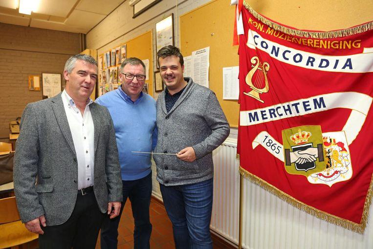 Marc Weyers (l.) geeft het stokje door aan Thomas Roelants (r.), en dat onder het goedkeurend oog van voorzitter Marc Van der Straeten (midden).