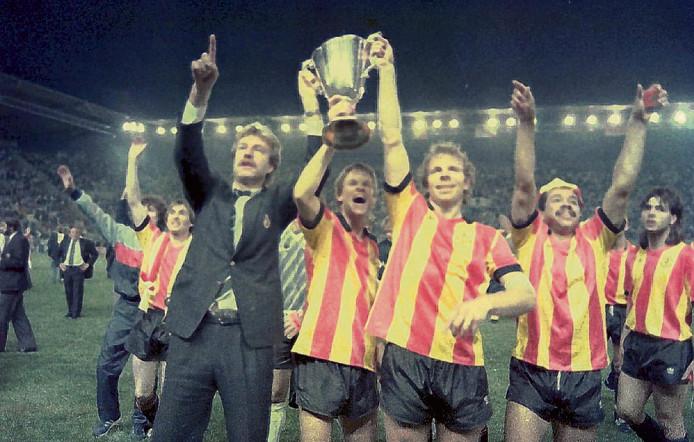 KV Mechelen in tijden dat het een succesvolle club was. Aad de Mos, Erwin Koeman en Leo Clijsters houden de Europa Cup II omhoog na winst in de finale op Ajax in 1988.