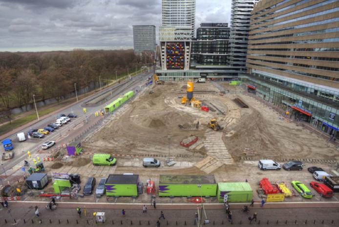 De werkzaamheden aan het Koningin Julianaplein met links de groene zeecontainertunnel voor fietsers.
