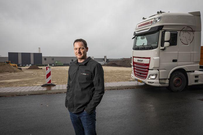 Ondernemer Otto Nijhuis die binnenkort met zijn bedrijf Agroworld vanuit Gildehaus naar het bedrijventerrein Jufferbeek (op de achtergrond) in Oldenzaal verhuist.