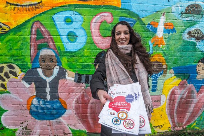 """Mounia Sarrokh is druk aan het flyeren. ,,De overstap naar Yunus Emre voelde als thuiskomen."""""""