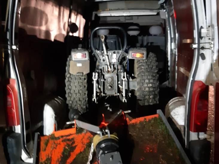 Twee mannen in witte Duitse bestelbus proberen gestolen mini-tractor te vervoeren over A50 bij Sint-Oedenrode