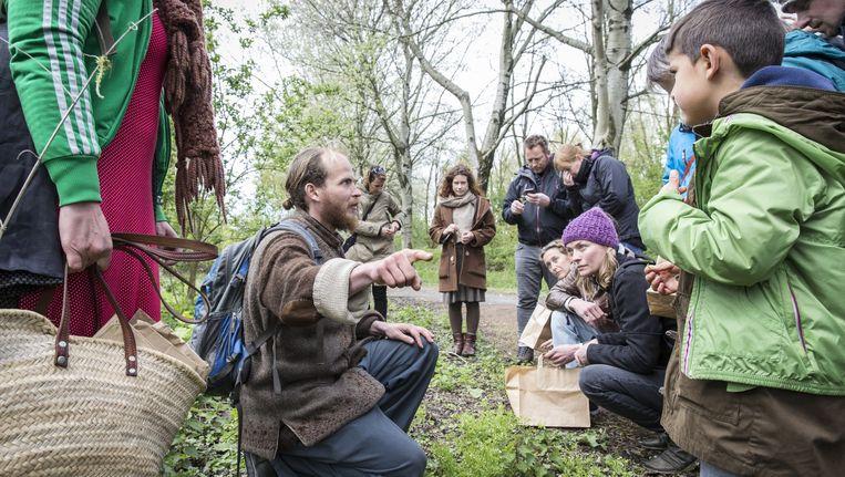 Wildplukker Steven Dirven geeft uitleg over de eetbare natuur in De Bretten. Beeld Dingena Mol