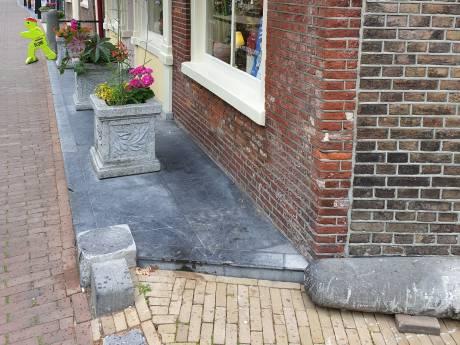 150 jaar oude stoeppaal omvergereden: 'Ik doe er alles aan om deze trouwe makker weer rechtop te zetten'