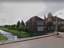 Oude brug over Weezebeek bij De Riet in Almelo wordt vervangen