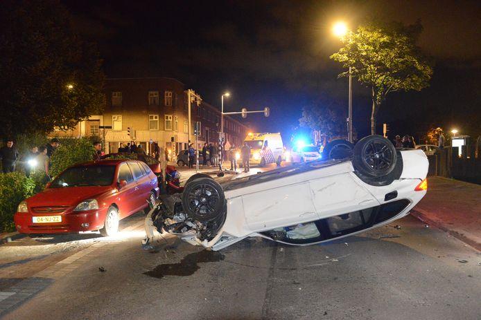 De bestuurder van de witte auto die een flink ongeluk aan de Loosduinseweg veroorzaakte, wist er wonder boven wonder met wat schrammen vanaf te komen.