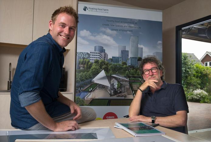 Martin Hubers (rechts) en Sören Knittel op kantoor in Aerdt. ,,In Bangladesh en de Sahara zijn ze prima in staat om de uitvoering zelf op te pakken.'' Foto Theo Kock.