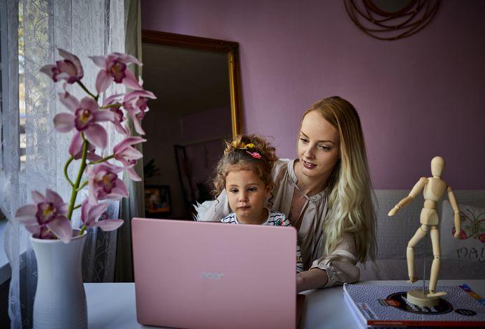 Leanne Eshuis moet haar studie combineren met het moederschap.